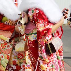 振袖は若い未婚女性用|冠婚葬祭に振袖は着ないのが一般的
